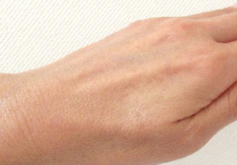 EGホワイトローションを手の甲に塗ってみた