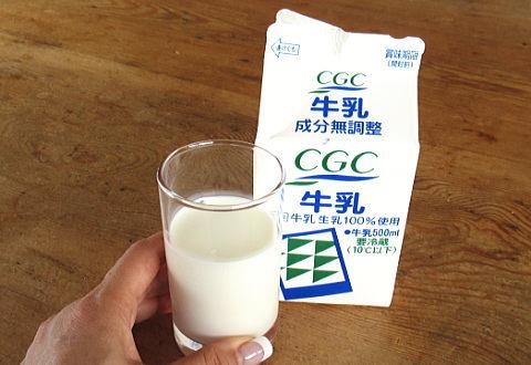 牛乳パックとコップに入れた牛乳