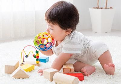 楽しそうに遊ぶ赤ちゃん