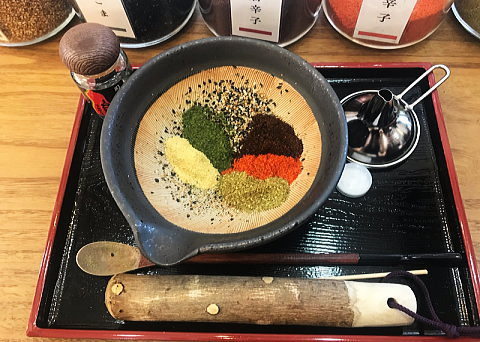 すり鉢の中に並べた七味の材料
