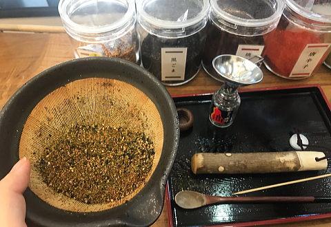 七味の材料が入ったすり鉢を持っているところ