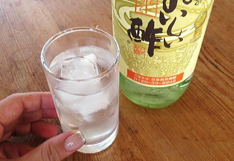 コップに入った炭酸水とおいしい酢