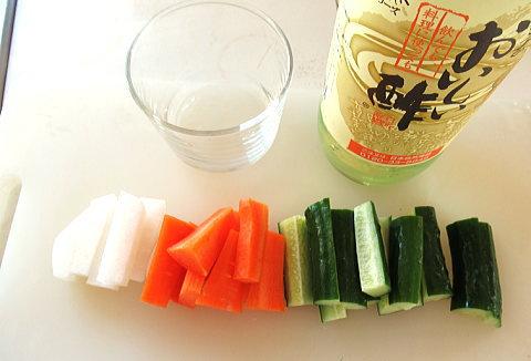 まな板の上の野菜(ピクルスの材料)