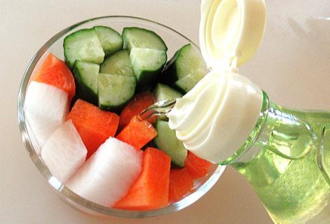野菜の入った容器においしい酢を注いでるところ