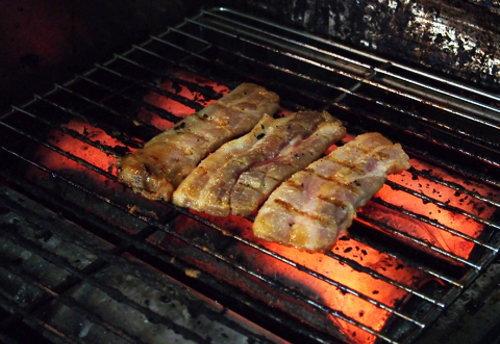 豚肉を網焼きしてるところ
