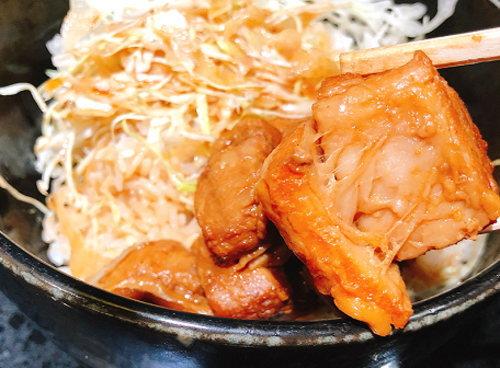 トロトロの豚角煮を箸でリフト