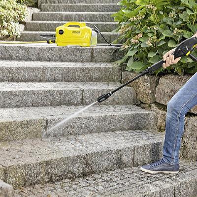 KARCHER高圧洗浄機K2 クラシック プラスで外の階段を洗浄中