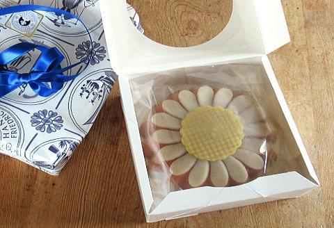 包装紙もケーキもおしゃれなホレンディッシェ・カカオシュトゥーベのマルガレーテンクーヘン