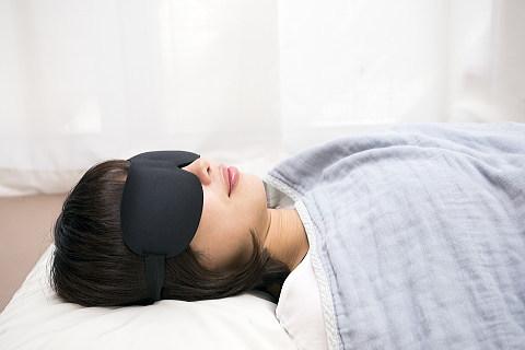 アイマスクをつけて睡眠中の女性