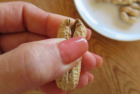 殻を親指で押して割りました