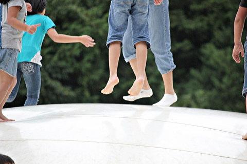 トランポリンで遊ぶ子供達