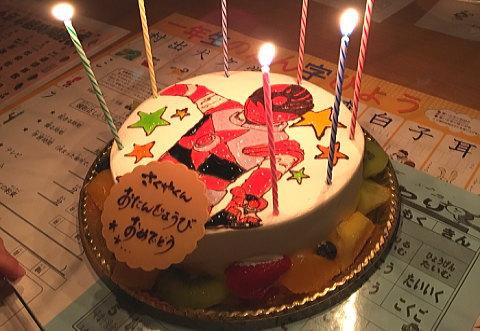 子供の誕生日に大好きなキャラクターが描かれたケーキをプレゼントしたら大喜びでした♪