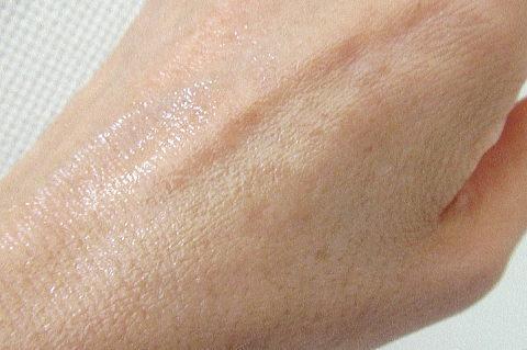 化粧水を手の甲で伸ばしてみた