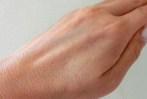 美容液を手の甲で伸ばしてみました