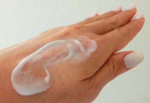 乳液を手の甲で伸ばしてみたところ