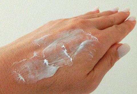 ナイトクリームを手の甲で伸ばしてみた