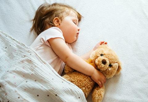 肌触りのいいガーゼケットをかけて熟睡する赤ちゃん