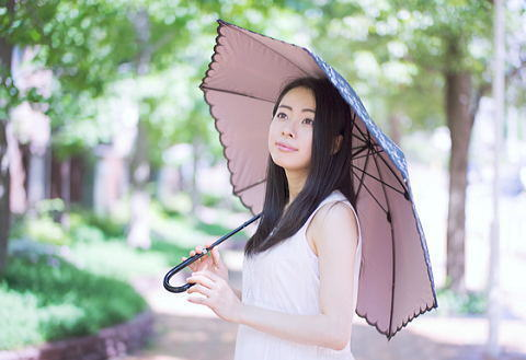 日焼け防止に日傘は必須の女性は多い…だけどその色の日傘で大丈夫?