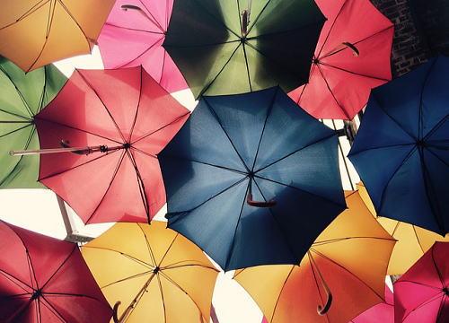 紫外線を防ぐ日傘の色とは?