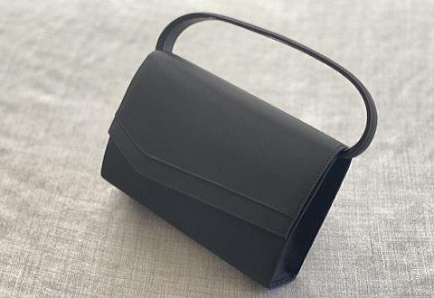 お葬式用の黒いフォーマルハンドバッグ