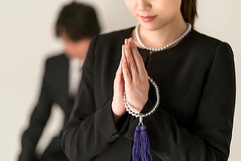 喪服の女性にふさわしい小物(袱紗、数珠、ハンカチ、ネックレス)の色や柄は?