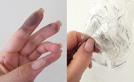 黒く汚れた指や鉄玉子が入っていたビニール袋