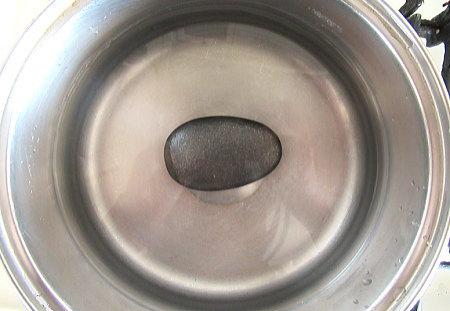鍋に水と鉄玉子を入れたところ