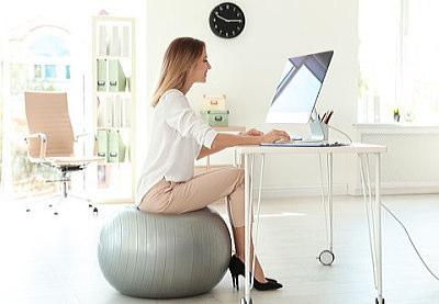 バランスボールを椅子代わりに座るだけでダイエット効果がありそう!