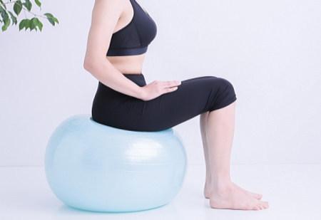 バランスボールを椅子代わりに座る場合の効果的(痩せる)な座り方とは?
